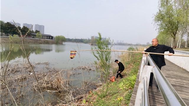 周口植物園清潔湖水倡文明